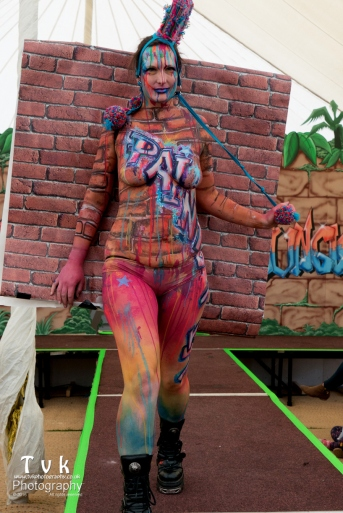 Fanny graffitti camo wall paper paint trompe catwalk stern